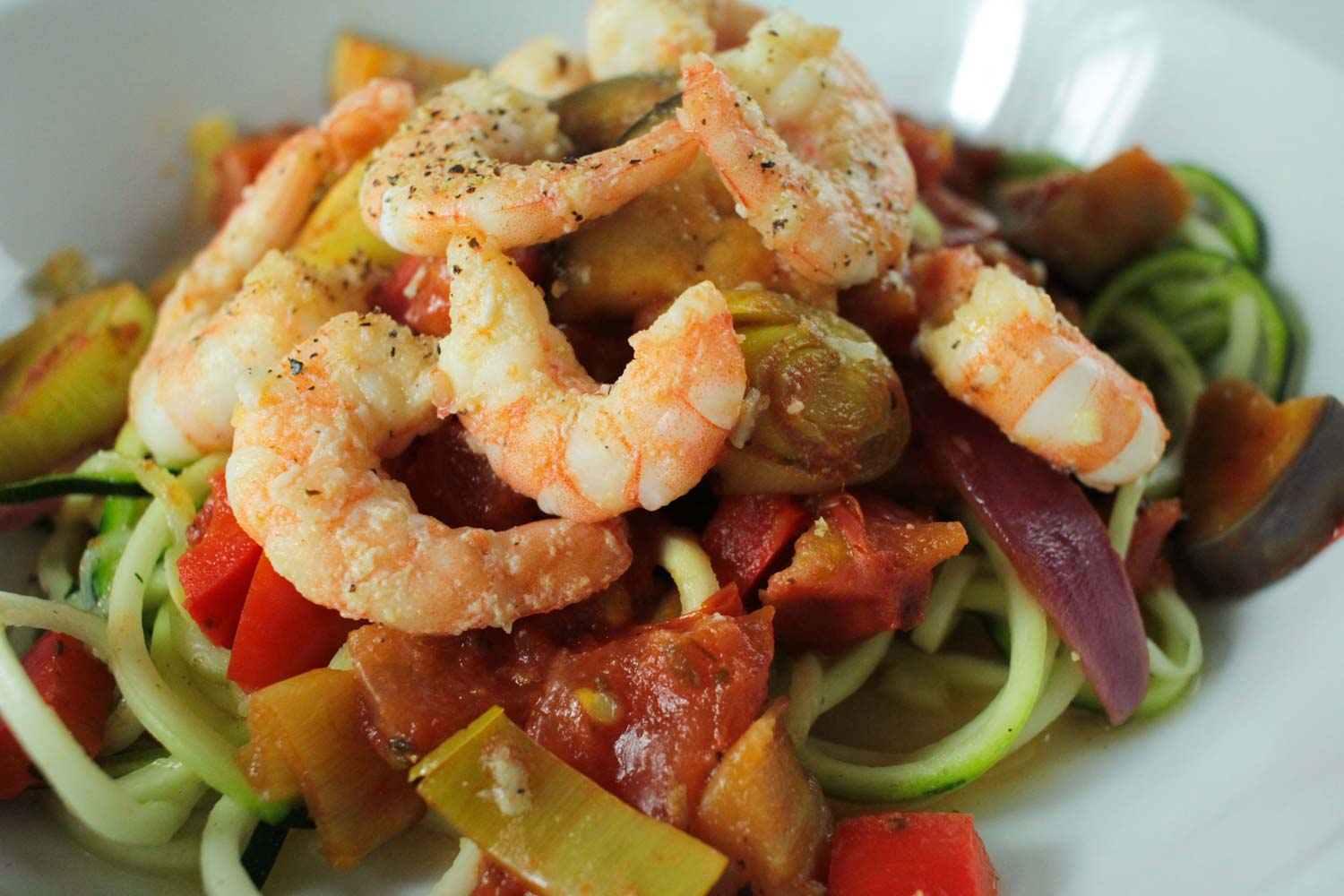 Garlic Prawn and Vegetable Courgetti Recipe - Globe Scoffers | globescoffers.com