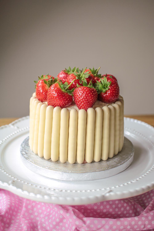 white-chocolate-strawberry-and-prosecco-cake-9 - Globe Scoffers   globescoffers.com